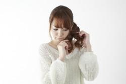 キューティクルを気にする女性のイメージ