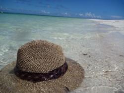 麦わら帽子と海の写真