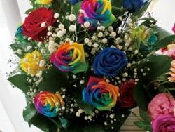 レインボーローズの花束の写真