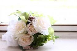 窓際の白いバラのブーケ