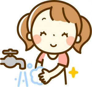 しっかり手を洗って除菌する女の子