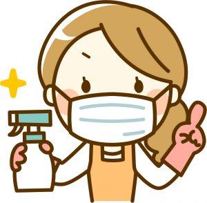 抗菌スプレーをもつ女性!