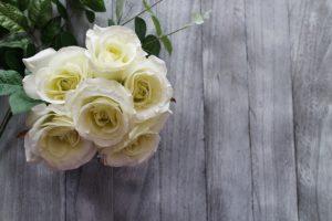 父の日の提唱者が亡き父の墓前に白いバラをお供えした