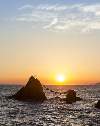 夫婦岩の間からご来光のイメージ