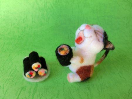 恵方巻きを食べる猫の写真